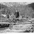 1959, στα Τρία ποτάμια, πάνω στην ξύλινη γέφυρα
