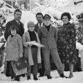 1962, Οικογένεια Νικολάου Λεοντάρη, όπισθεν Χαράλαμπος Τολίκας. Στην αυλή του σπιτιού, που μέναμε